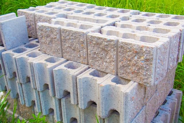 芝生の上に積み上げられたブロック